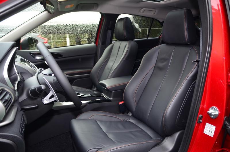 真皮包覆的前座椅兩側有延伸腰靠支撐設計