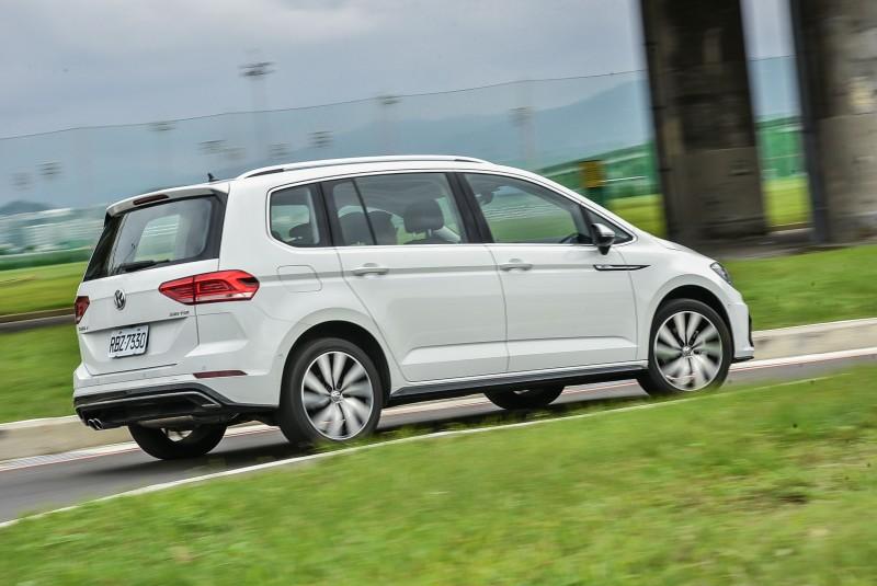 雖然長寬高還有車重都大過Golf,但操控反應與動力輸出相當精彩