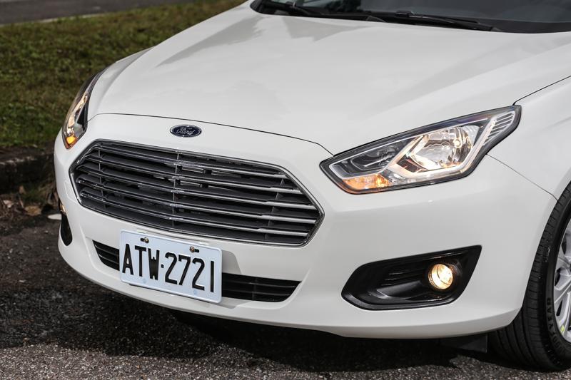 車頭的大型六角鍍鉻水箱護罩,延續Ford近年來的家族設計風格,也為車頭的最佳辨識特色。