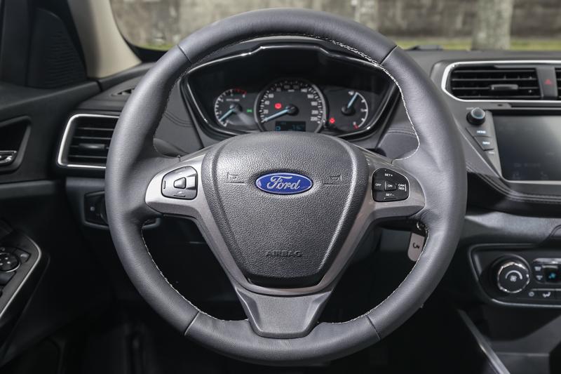 時尚型車款配備多功能方向盤,將音響控制、定速系統整合其中。