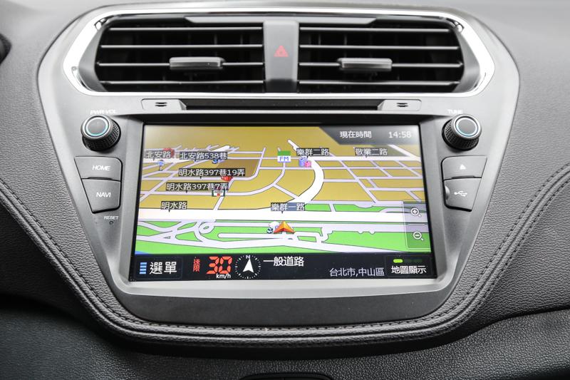 時尚型車款還配備智能影音系統,將倒車顯影、衛星導航、1080P行車記錄器、藍牙、DVD等功能整合其中。