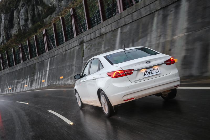 以1.5升自然進氣汽油引擎的113ps/14.5kgm輸出表現,搭配六速手自排變速箱,對應1.3噸車重,性能表現平順,14.2km/L油耗數據也僅有平水準。