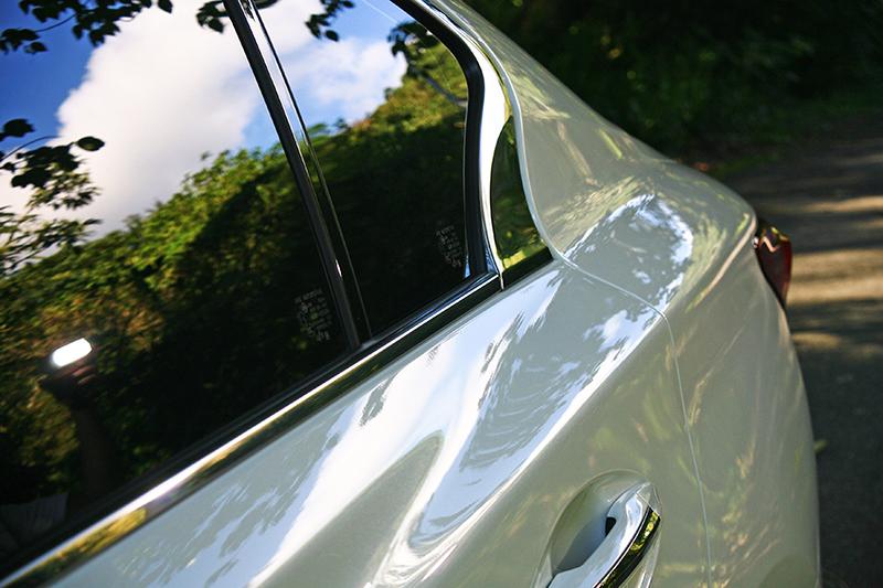 延續Q50車系凹凸有致的曲線,新年式車型惹火的曲線同樣引人遐想。