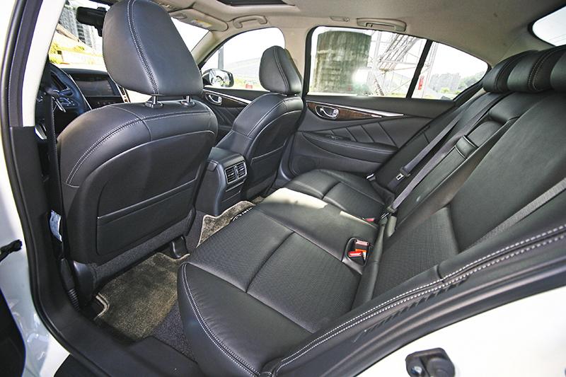 受惠於2850mm軸距與長車身,Q50的後座空間表現相當不錯,乘坐姿勢也頗為舒適。