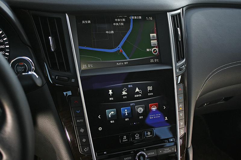 上下雙螢幕設計,使用導航的同時也依舊得以操作其他功能。