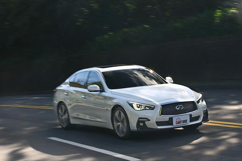 在純電動力轉換為燃油動力的那一瞬間,Q50S Hybrid的聲響與震動相對於一般Hybrid車款較有感。