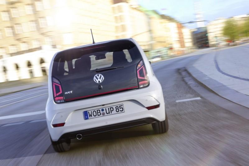 改款後的尾燈採用LED導光條顯示,亮起的模樣挺逗趣,整片玻璃的上掀尾門頗有概念車的科技感