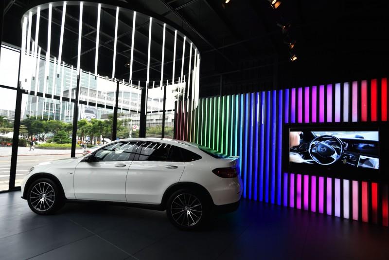 #MercedesBenzPopUpTaipei館內展示美型跑旅GLC 43 Coupé,未來也將有更多最新車款展出。