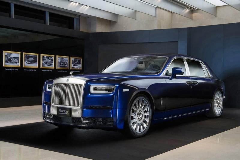 全新Phantom終於在12月15日正式登台,在台展出的全新Phantom EWB內裝顏色以海貝殼色為主,並以深藍色妝點,同時也與車身的皇家藍烤漆相呼應。