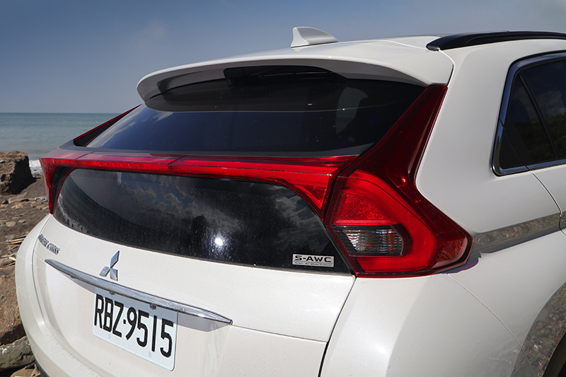 雙層式的後擋風玻璃,帶來強烈的掀背跑車即視感。