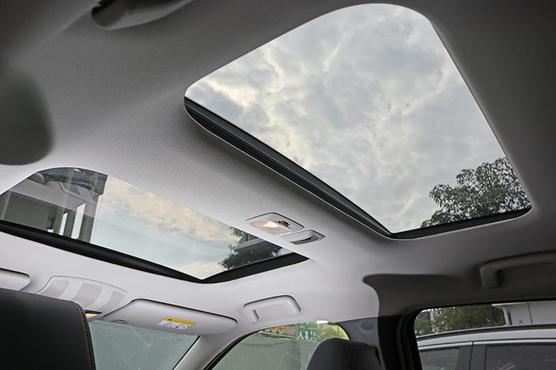 兩片式大面積天窗前面可開啟,後方則僅能控制遮陽簾啓閉。
