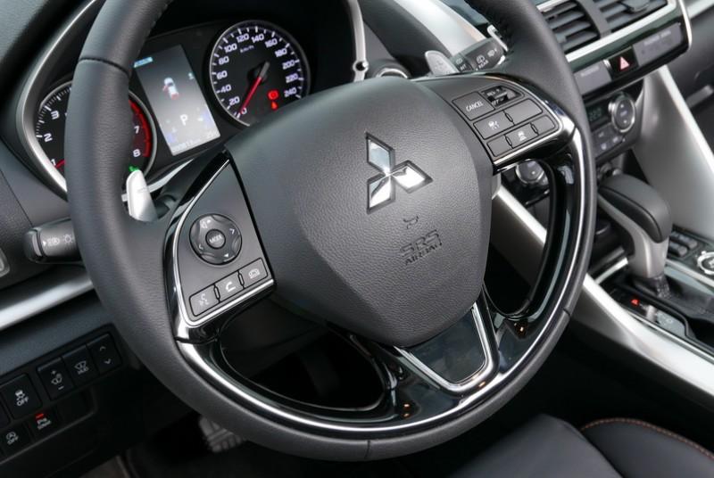多功能方向盤除了基本的電話接聽、音量調整、語音控制之外,還有ACC主動巡航設定按鍵