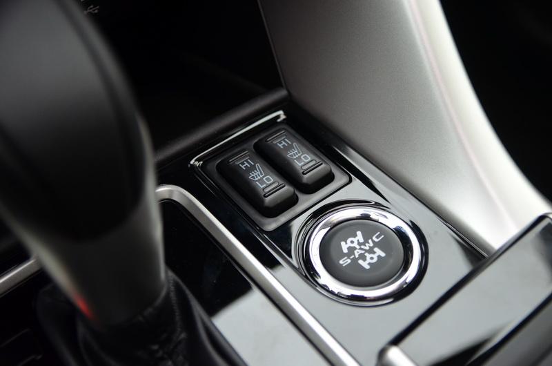 排檔桿旁為雙前座椅加熱與S-AWC全時四輪控制系統按鍵