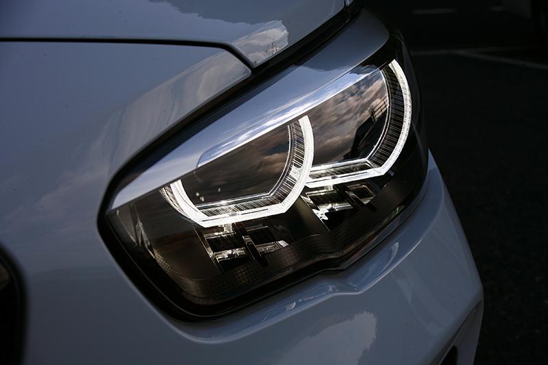 燻黑頭燈讓眼神更加銳利性感。