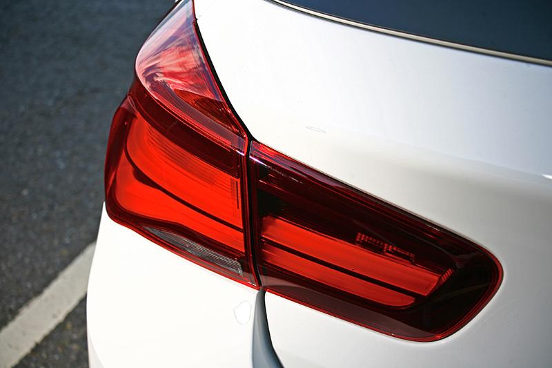 燻黑尾燈組,突顯車後視覺更加立體。