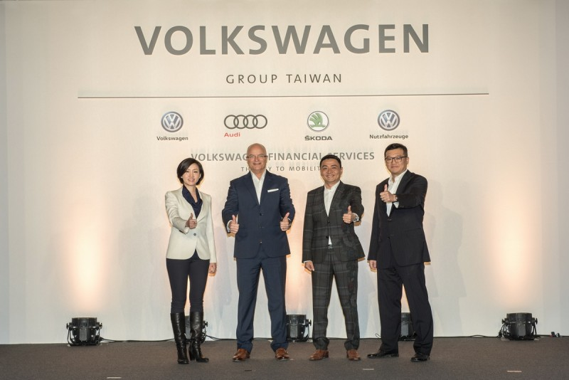 今年台灣福斯集團更創下兩萬三千台歷史銷售新里程碑,晉升國內第三大進口汽車集團(由左至右,台灣福斯汽車總裁Ms. Katy Tsang, 台灣福斯集團暨台灣奧迪總裁 Mr. Terry Johnsson , Skoda Taiwan 總裁李御林先生及台灣福斯商旅行銷處長柳家瑜先生。