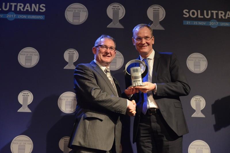福斯商旅管理董事會主席Eckhard Scholz博士(右)出席頒獎。