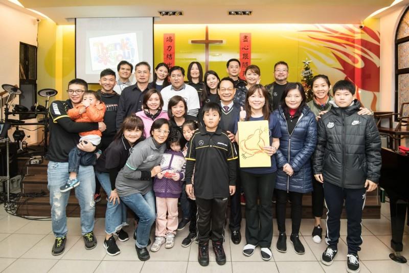 台灣賓士與台電女籃球員(右1、二排右1 )號召各地有志之士一起加入用運動改變世界的行列。