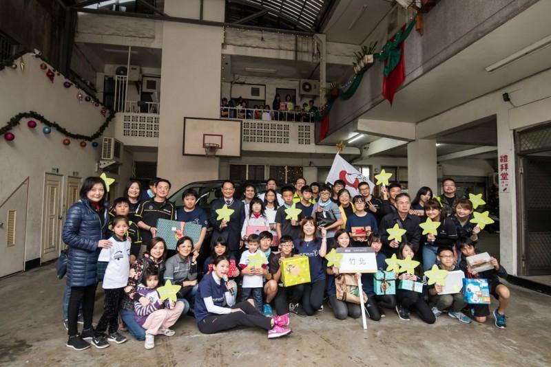 台灣賓士與台灣賓士資融以【Give a Smile】志工行動,將禮物親送新竹竹北陪讀班,與青少年們開心合影。