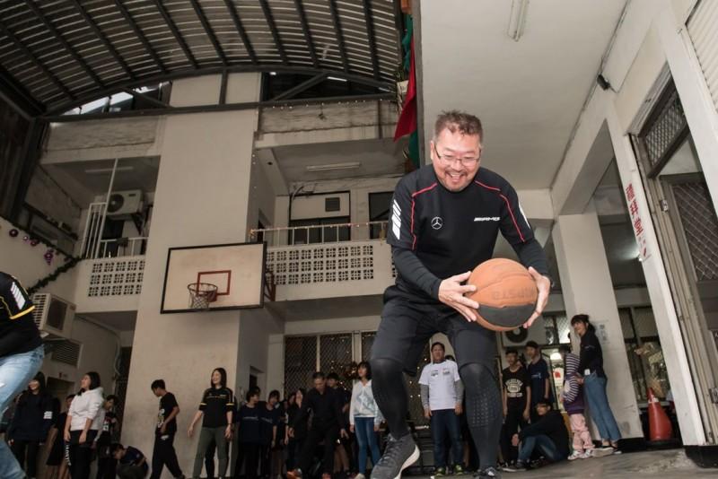 陪讀班課程以籃球當作媒介,加入台灣賓士員工與青少年分組進行趣味籃球遊戲,現場歡笑聲不斷。