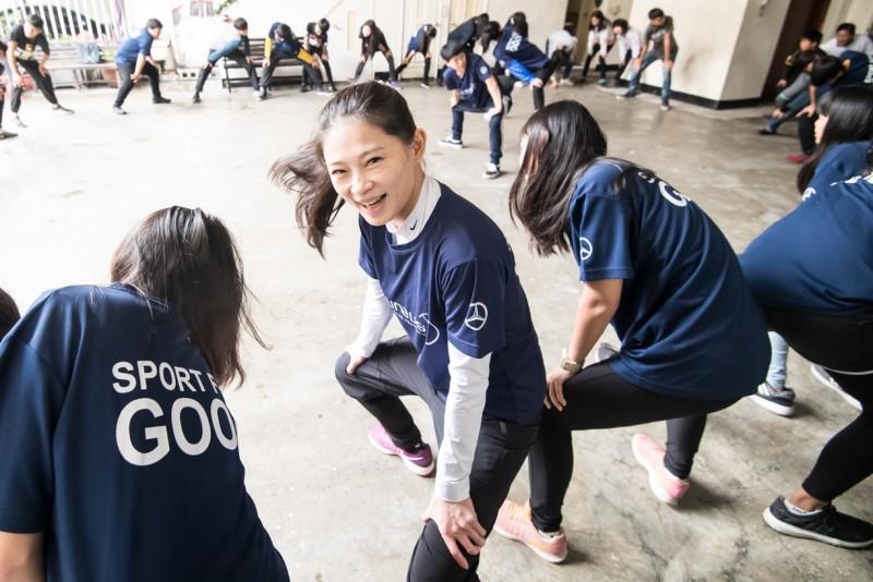 台灣賓士志工也加入陪讀班籃球課程,與青少年們一起進行暖身遊戲。