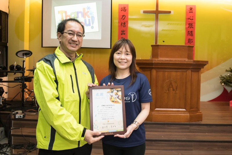 台灣賓士公關部協理陳允若(右)代表接受竹北長老教會林坤麟牧師(左)之感謝狀。
