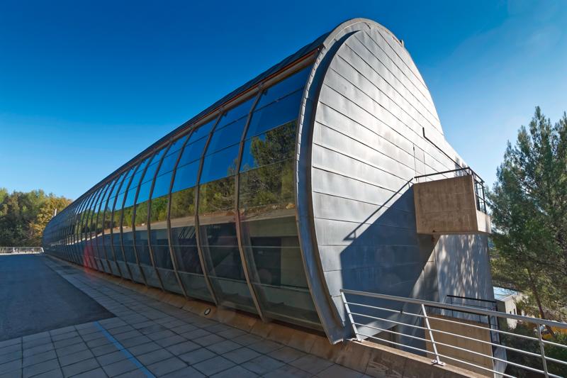高50公尺寬20公尺的平躺圓柱狀設計中心被松樹林圍繞,水泥與玻璃窗形塑了輪廓分明的建築造型,室內使用釉面建材賦予地中海柔光氣息。