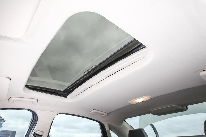 時尚型車款還配備有雙啟模式的電動防夾天窗。