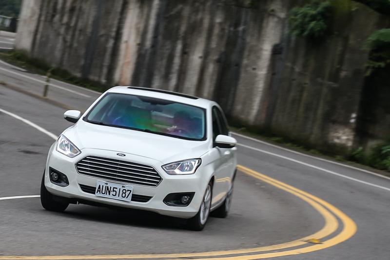 一如Ford車款給人的駕馭感受,Escort有著一貫的歐系車款紮實行路特色,且軟硬適中的懸吊設定,兼顧了操控穩定性與乘坐舒適度,面對台灣的多山多彎道、坑洞滿佈的道路品質,更是相當適合。
