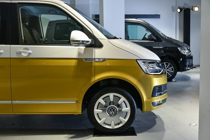 以引擎蓋下緣為基準,白黃配色的分界沿著車側折線將上下車體一分為二。