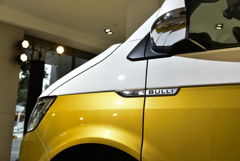 「Bulli」特仕車側銘牌與後視鏡下緣鍍鉻飾條,突顯俐落設計語彙。