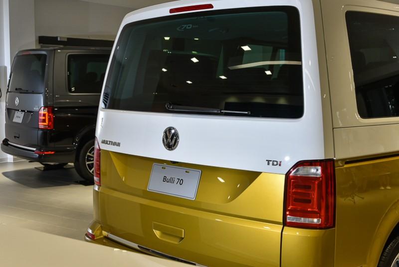 後擋風玻璃上方飾有「70 Years」特仕後窗標誌,車迷可由此驗明正身。