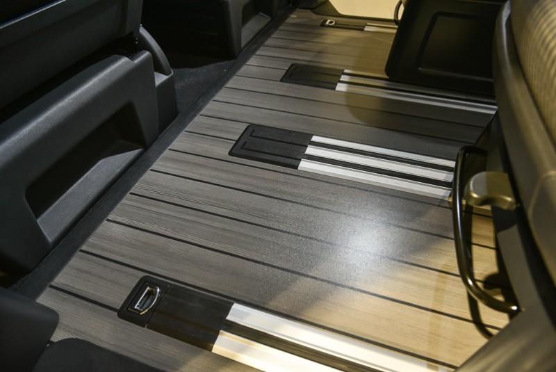 乘客艙類木質楓木地板設計不僅視覺美觀,同時也便於清潔整理。