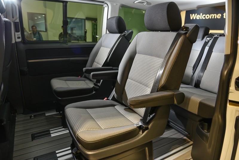 左右獨立可隨心所欲前後滑移,並調整椅背與扶手角度的中排座椅乘坐感受極為舒適>