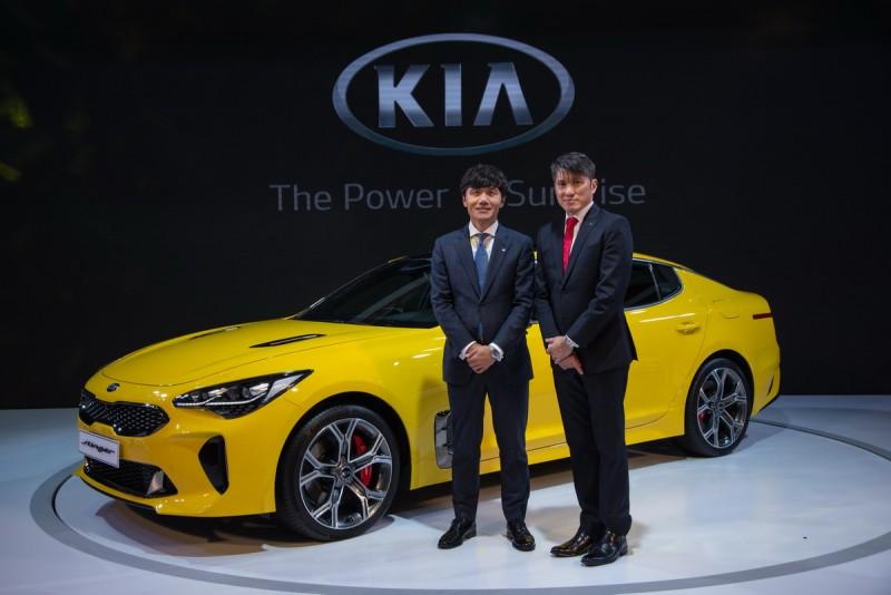 起亞汽車集團亞太區地區總部 總裁Steve Lee先生(左)與森那美起亞總裁 史貴能先生(右)為KIA 2018世界新車大展揭開序幕。