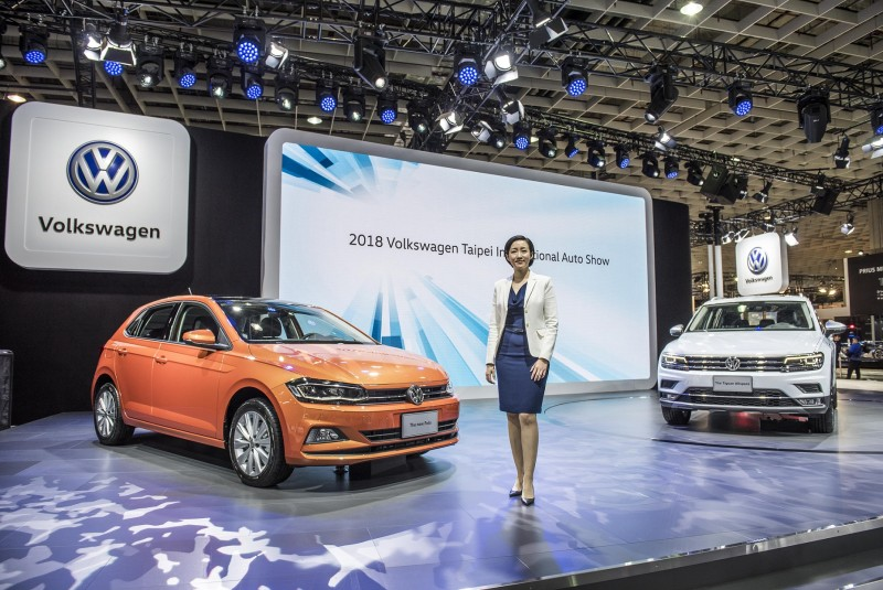 台灣福斯汽車總裁Ms. Katy Tsang與The new Polo(左)、Tiguan Allspace(右)合影。