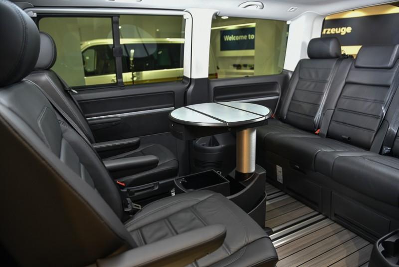 可One-touch輕鬆操作的360度旋轉設計,一根指頭就能讓Multivan的後艙瞬間變成行動商務會議室。