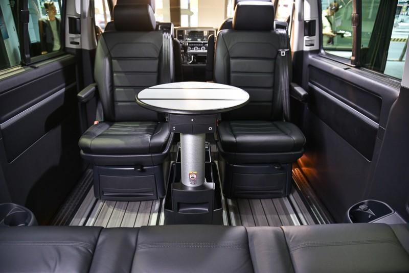 居中可獨立拉出延伸的多功能圓桌不僅可利用無段滑軌移動,同時也能輕鬆收折納入兩張中排座椅之間。