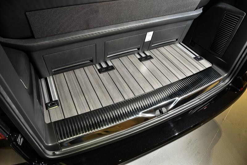 行李廂底板也以類木質地板鋪陳,一旦椅背收折傾倒,更可創造出寬廣實用的置物空間。此外大面積電動尾門還可自行設定開啟高度,方便不同身高使用者啓閉操作。