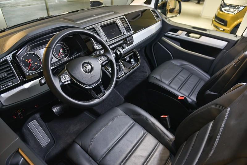2018年式Multivan全車系於中控台配置擁有6.3吋彩色螢幕的Composition Media音響暨娛樂系統,Highline車款更提供具備11聲道的Dynaudio音響。