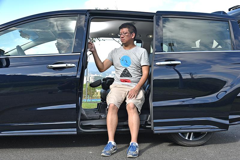 第二排坐點離地高僅72cm,一般身材長者可以更輕鬆舒適進入車室。