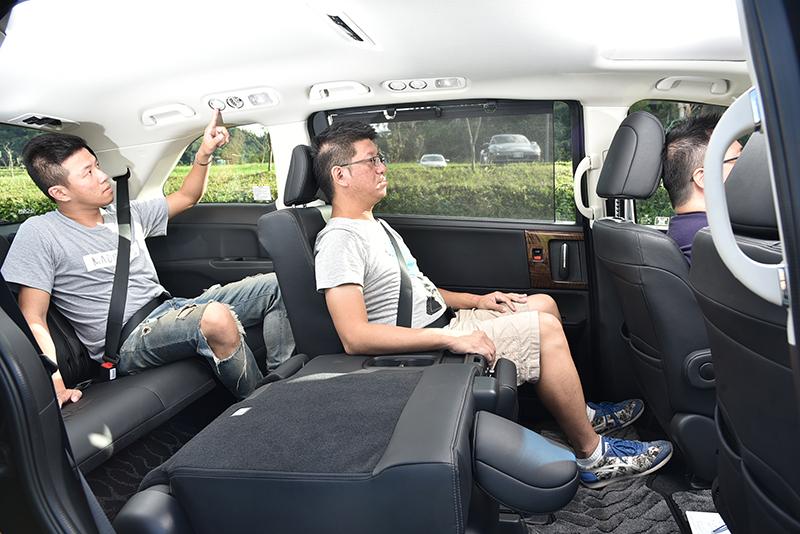Odyssey的空間在這四輛車中算是中規中矩,純正的MPV身份雖讓頭部空間較小,但乘坐姿態則更近似於傳統房車。