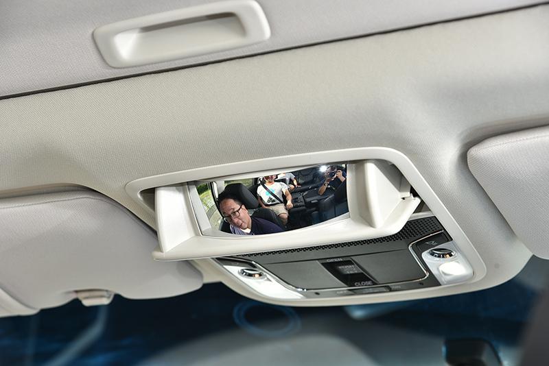 前座設有可觀察後排乘客動態的親子鏡,方便照料後方長者。