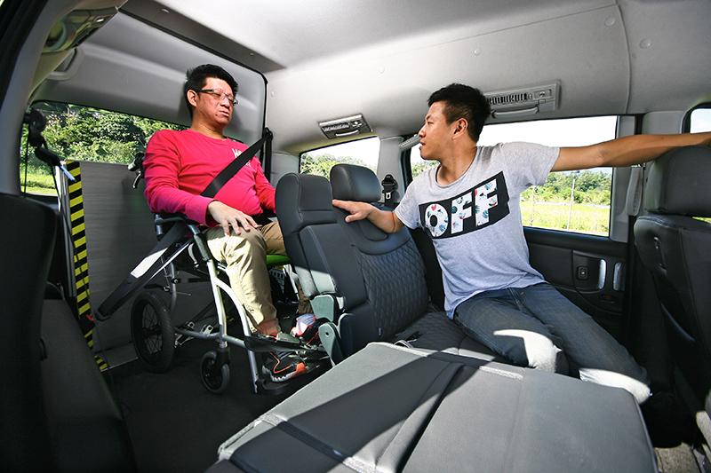 進入車室後輪椅設有固定機制,同時輪椅上的乘客也同樣可使用安全帶。