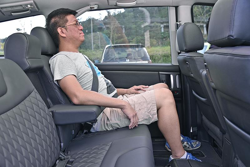 受惠於加高的車頂,V7 Turbo Eco Hyper的車室空間相當寬大,頭部上方更是挑高再挑高。