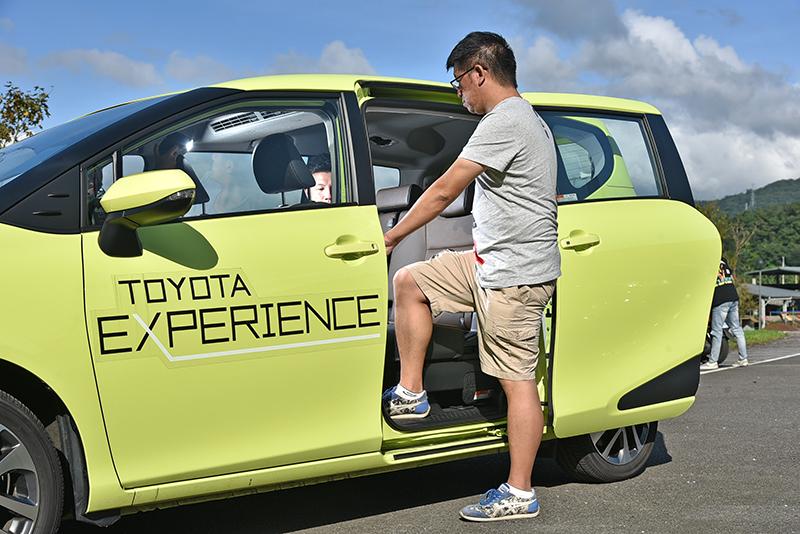 擁有四車之中僅次於Odyssey的底板離地高,進入Sienta車內非常輕鬆。