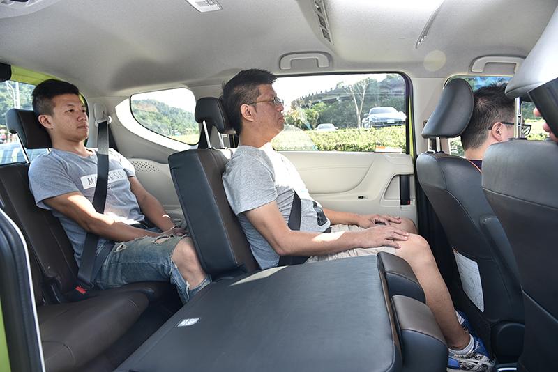 儘管車身緊緻,但受惠於極其優異的硬體規劃,依舊保有七人乘坐充足的空間,若五人乘坐更是闊綽。