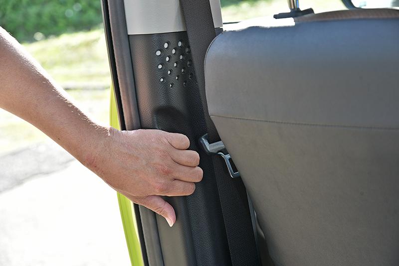 Sienta的上車把手僅以凹槽呈現,較不便於施力。