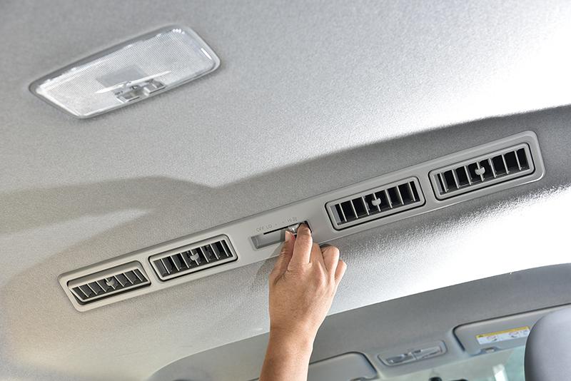 高階車款也具備車頂空調出風口,同時具備鼓風機可強化空調效率。