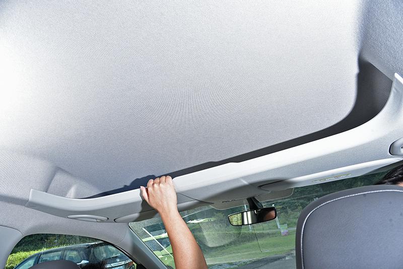前排車頂部分擁有相當寬闊的置物空間。